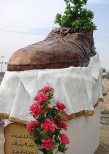 bush-shoe-statue-001.jpg